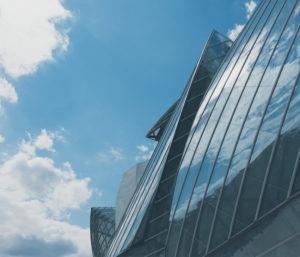 Photo extérieur d'un immeuble vitré