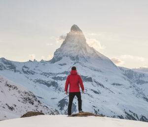 Photo d'un pic de montagne avec alpiniste