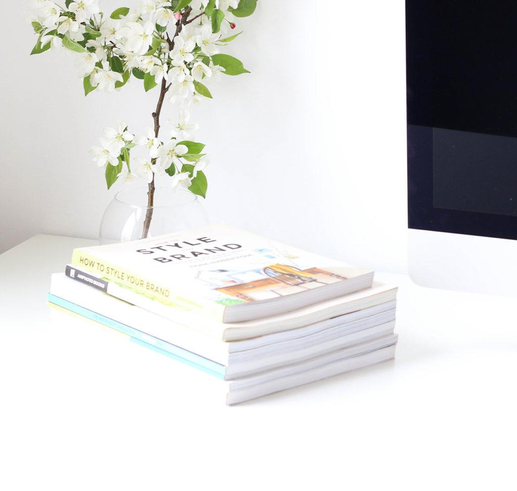 photo d'un bureau avec des livres et un écran d'ordinateur