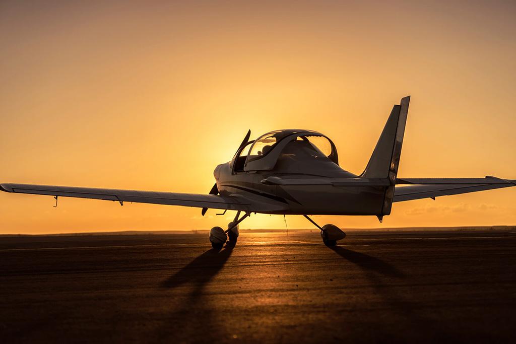 photo d'un avion monoplace au couché de soleil