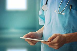 Photo médecin avec tablette