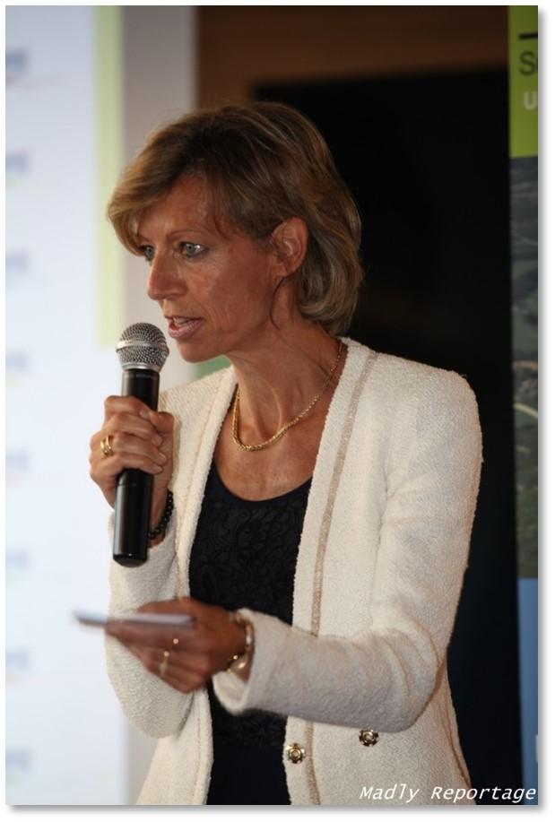Photo Marie-Hélène Boissieux avec un micro